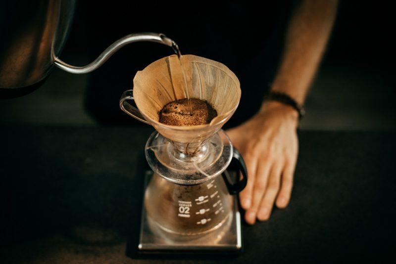 príprava filtrovanej kávy cez V60