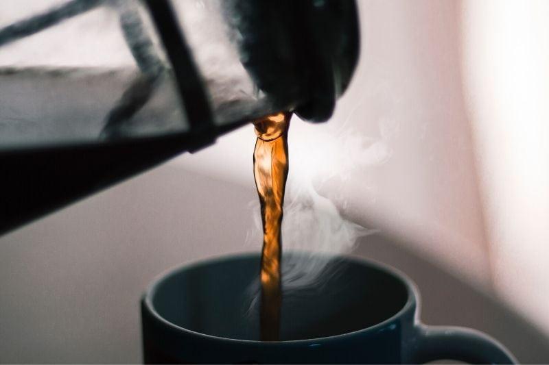 nalievanie kávy z french pressu