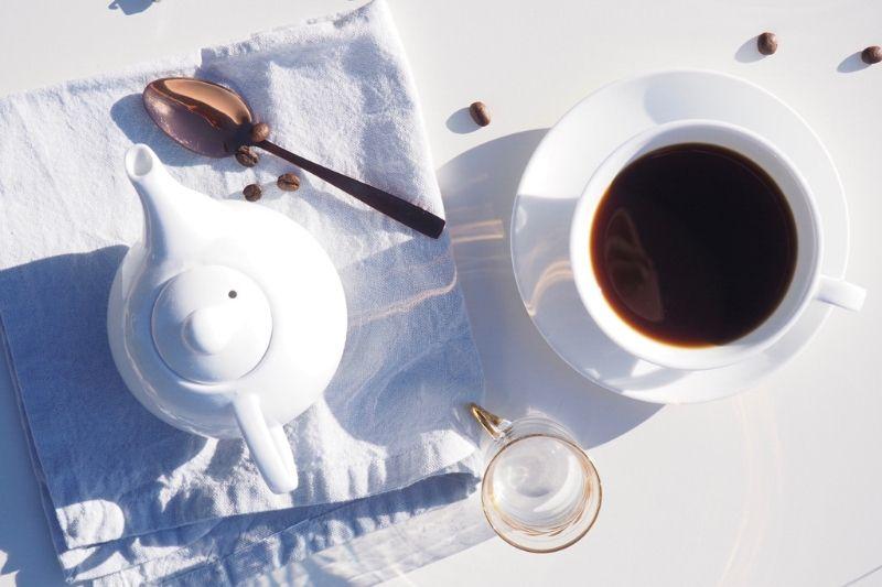servírovanie čerstvo pripravenej moka kávy