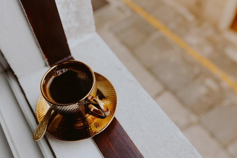 káva v zlatej šálke