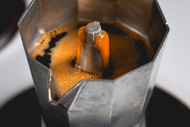 detailný záber na prípravu moka kávy