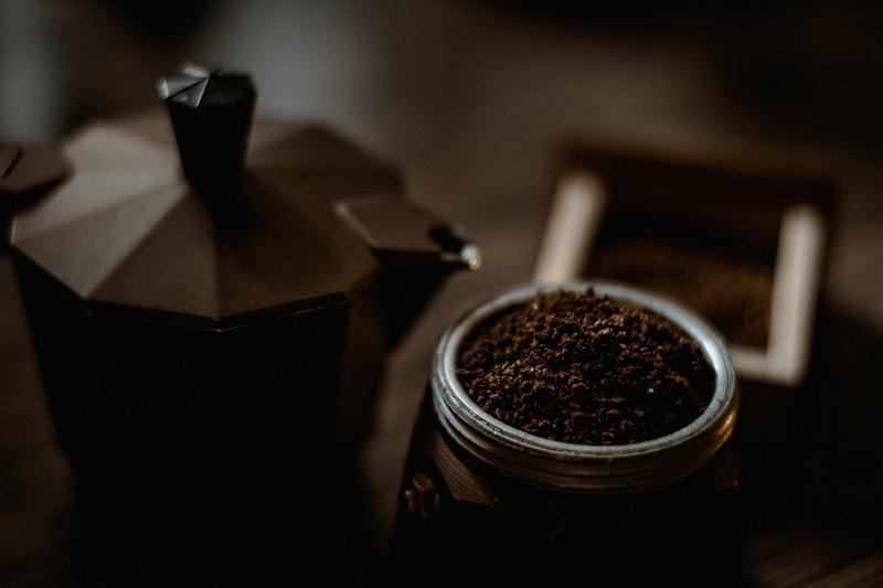 mletá káva v moka kanvičke