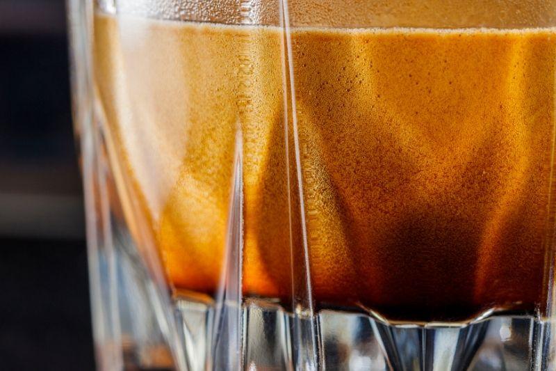 čerstvo pripravené espresso v sklenom pohári