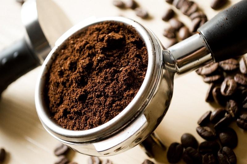 namletá káva v páke kávovaru