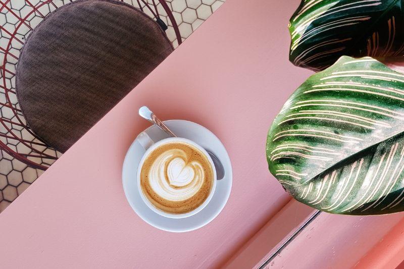 káva s mliekom a latte artom