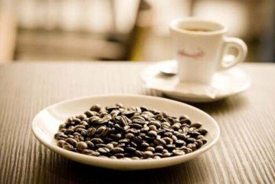 pražené kávové zrná na tanieriku