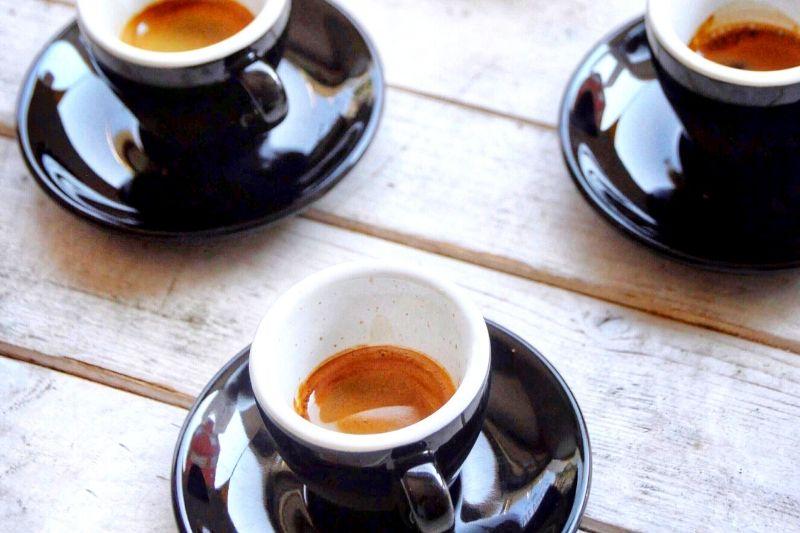 ristretto kávy v tmavých šálkach