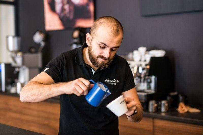 barista Majo pri príprave latte artu