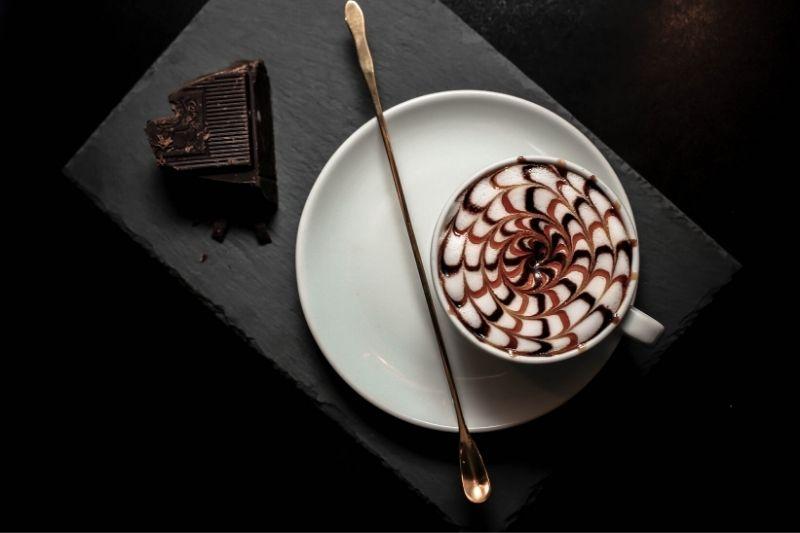 pavučinový vzor kreslený s čokoládovým a karamelovým topingom