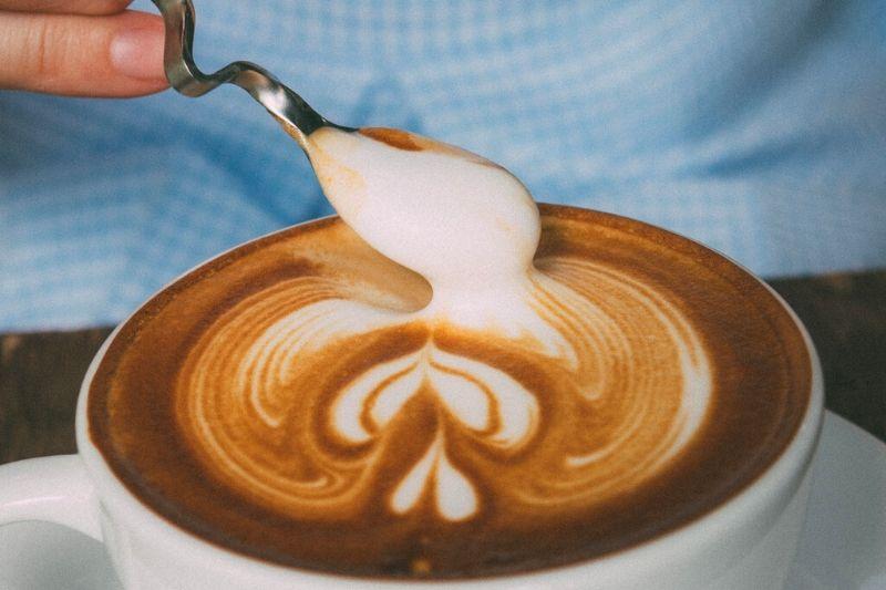 príprava latte artu špeciálnou špajdlou