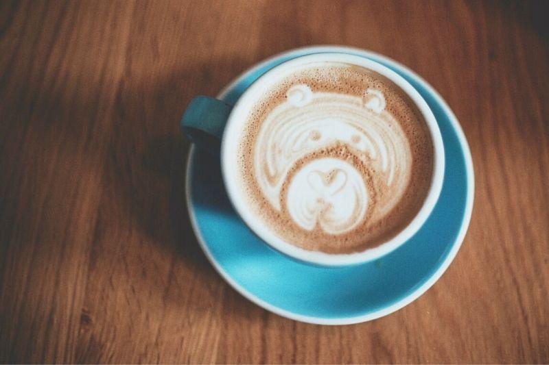 latte art s obrázkom medvedíka