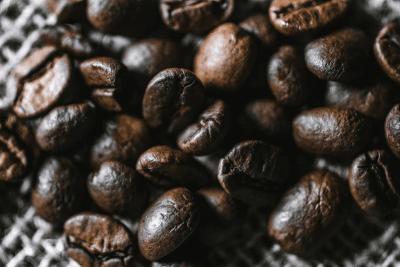 detail čerstvo upražených kávových zŕn