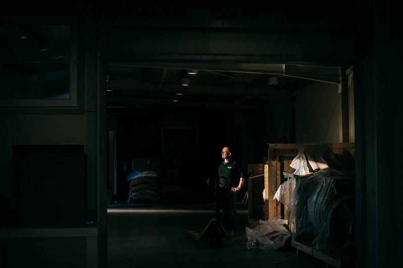 majiteľ pražiarne stojí v novej výrobnej hale