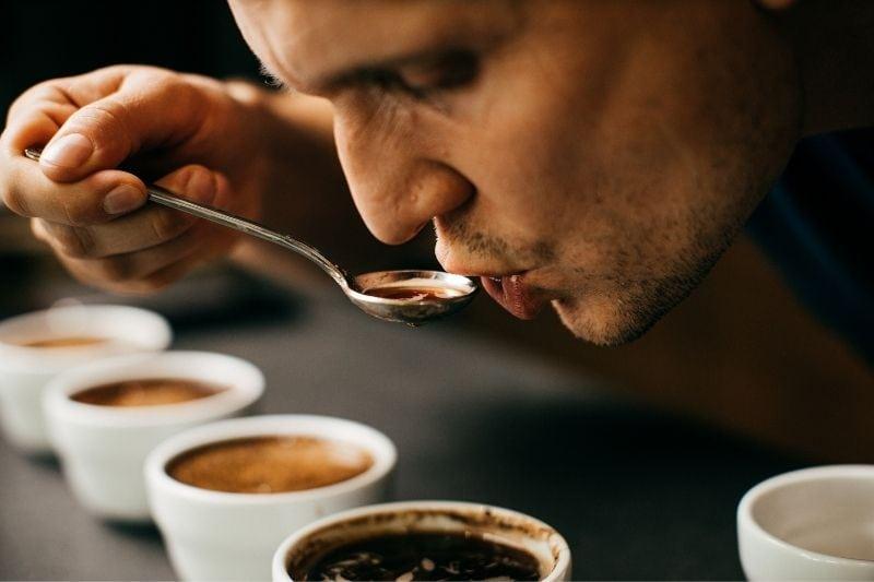 Marek degustuje kávy počas cuppingu