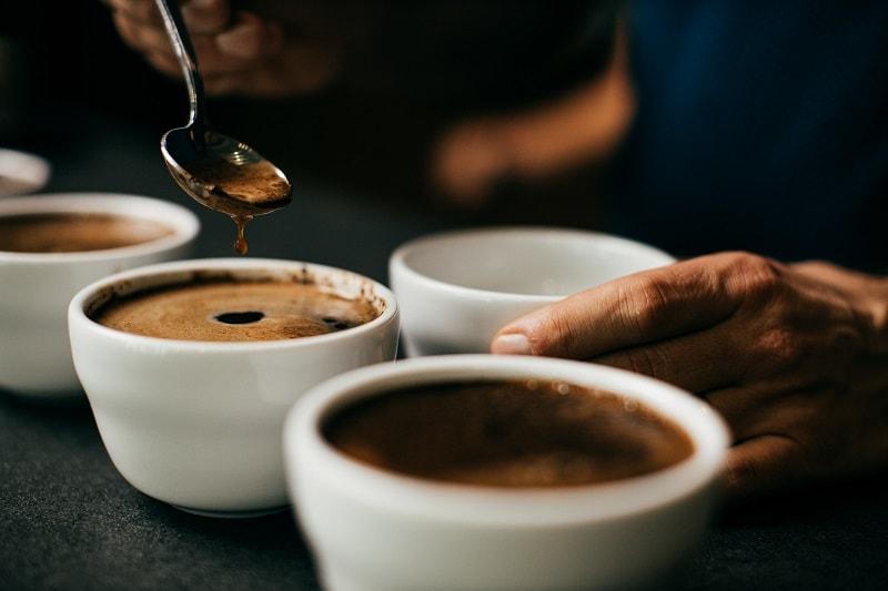 cupping kávy v našej pražiarni
