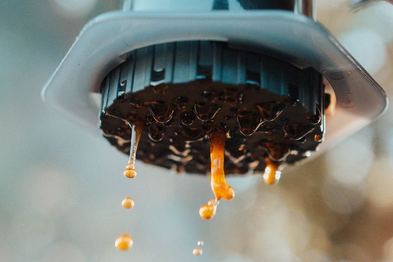 sito Aeropressu počas extrakcie kávy