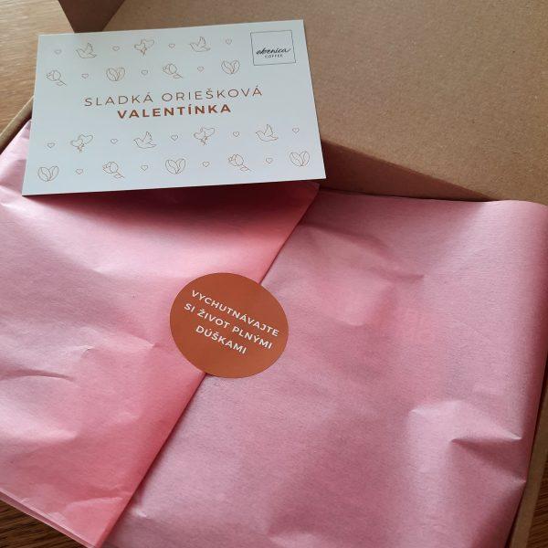 kávový balíček s ružovým papierom