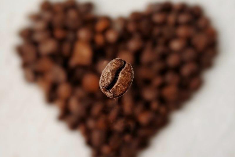 upražené zrnko kávy
