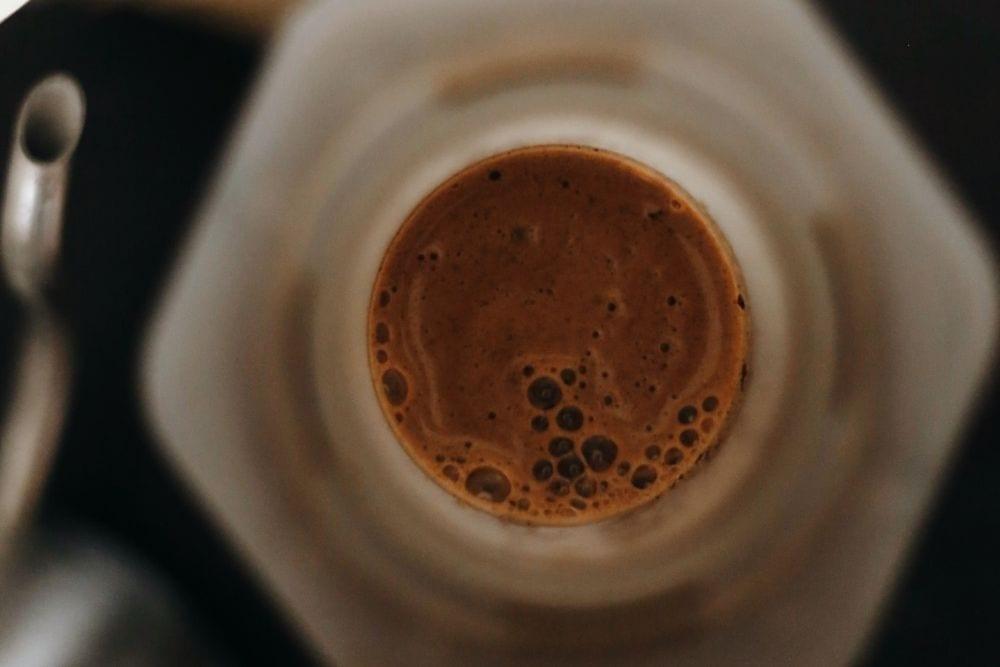 čerstvá káva v Aeropresse detail