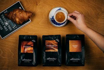 šálka čerstvo pripravenej kávy