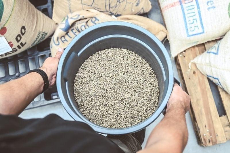 surová zelená káva v špeciálnej nádobe