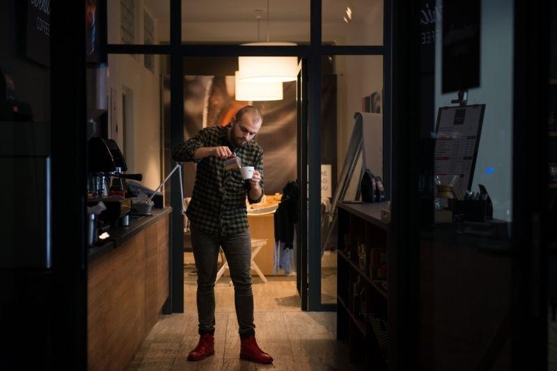náš barista Majo pri príprave cappuccina