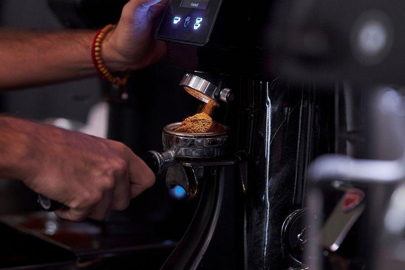 mletie kávy profesionálnym mlynčekom