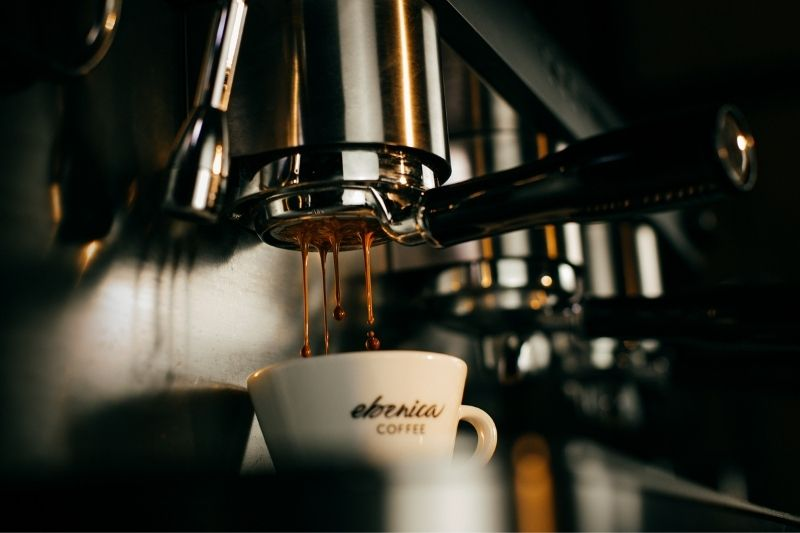 príprava espresso kávy cez otvorenú páku
