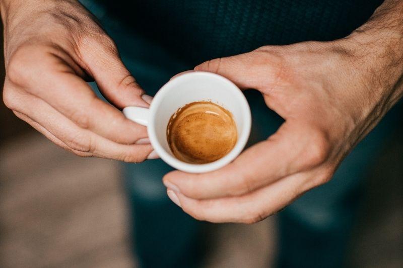 čerstvo pripravené espresso v šálke