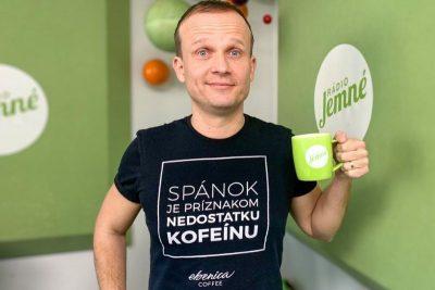 Marek Fajčík s hrnčekom rádia Jemné melódie