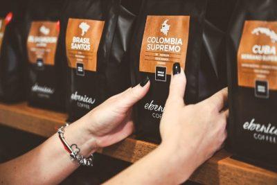balíčky kávy Ebenica v polici