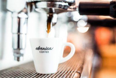príprava kávy do espresso šálky Ebenica