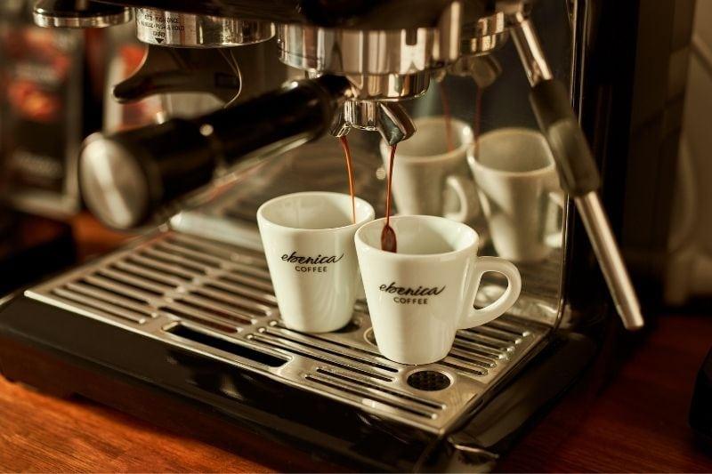 príprava čerstvej kávy v kancelárii