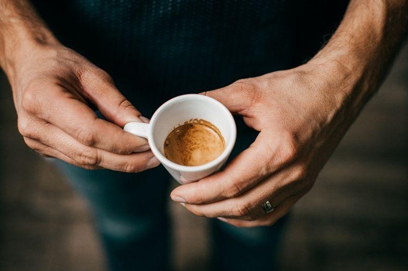 ranná esspresso káva v šálke