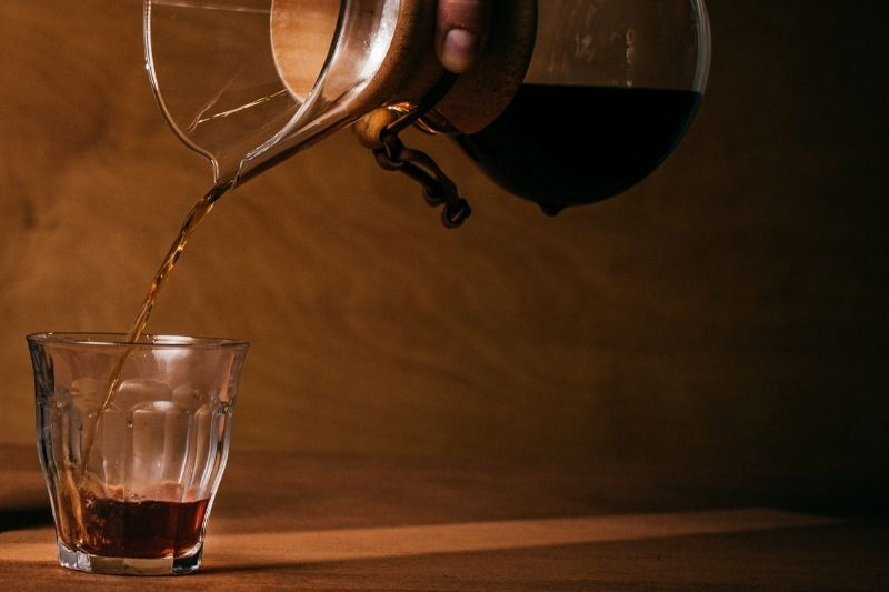 servírovanie kávy z Chemexu