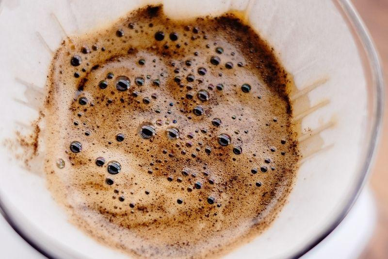 pena pri príprave prekvapkávanej kávy