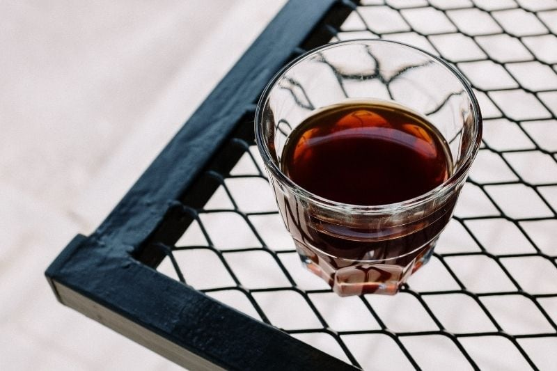 čerstvá prekvapkávaná káva v pohári