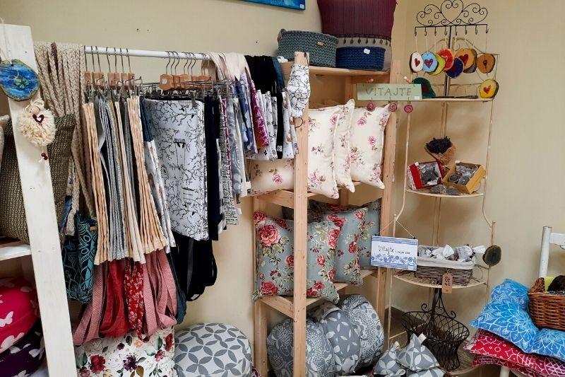regále s textilnými výrobkami Pezinskej dielničky