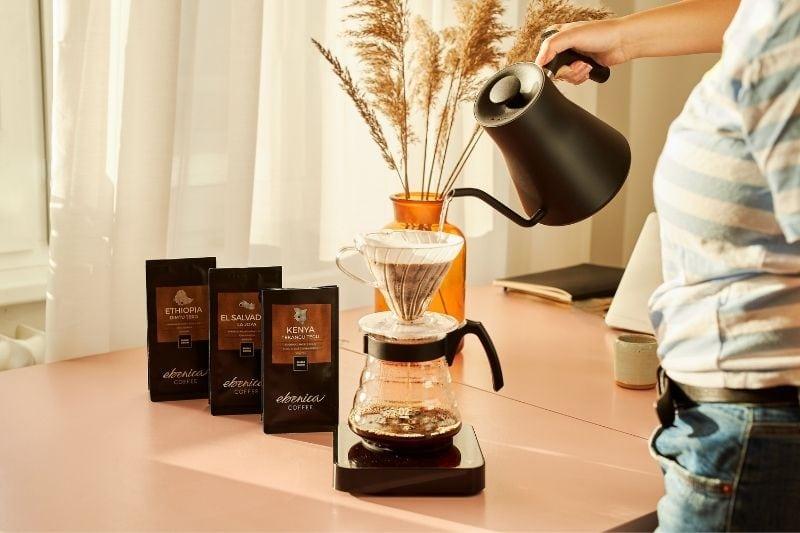 príprava kávy cez Hario V60 Pour Over Kit