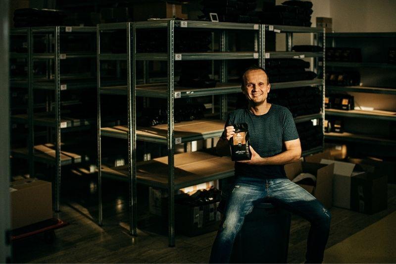 Marek Fajčík v sklade kávy