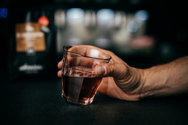 filtrovaná káva v sklenom pohári