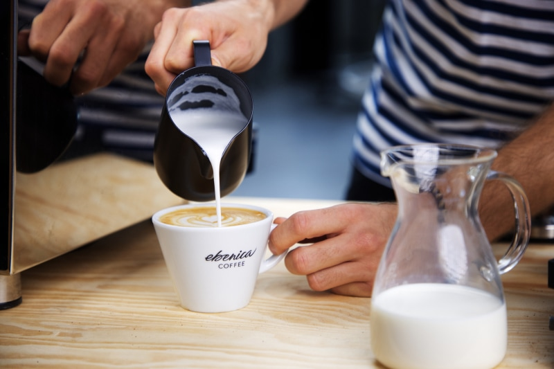 čerstvo napenené mlieko do kávy