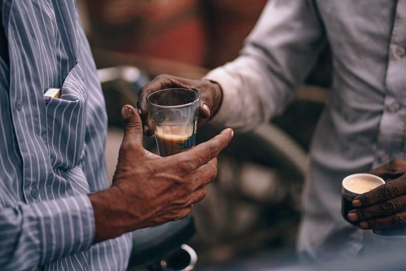 muži pijú tureckú kávu