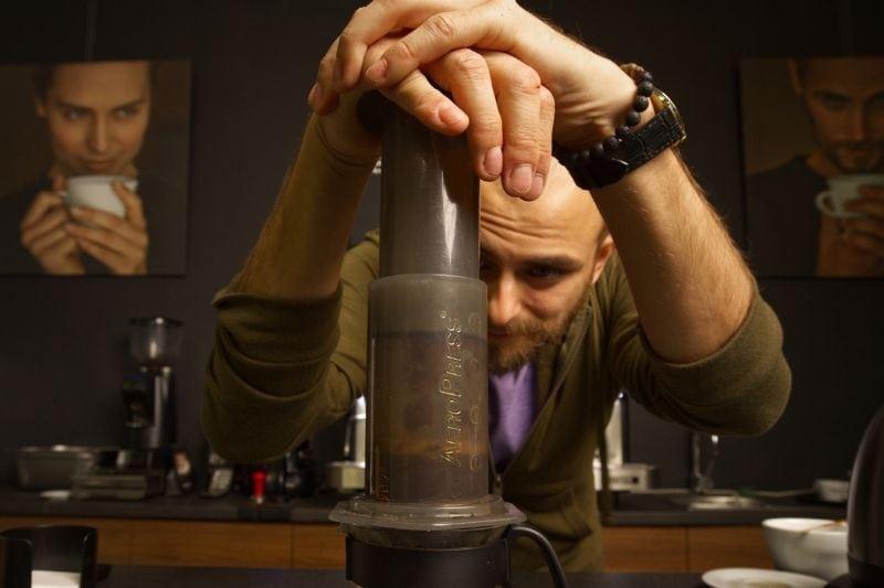 barista pripravuje kávu cez Aeropress