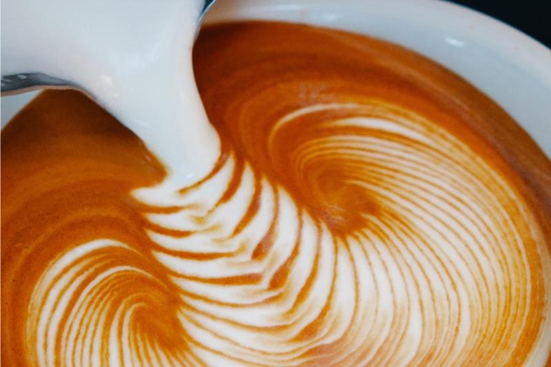 makro záber prípravy latte art