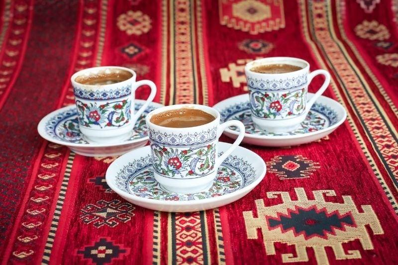 čerstvá turecká káva v šálkach