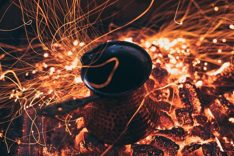 príprava tradičnej tureckej kávy na uhlíkoch