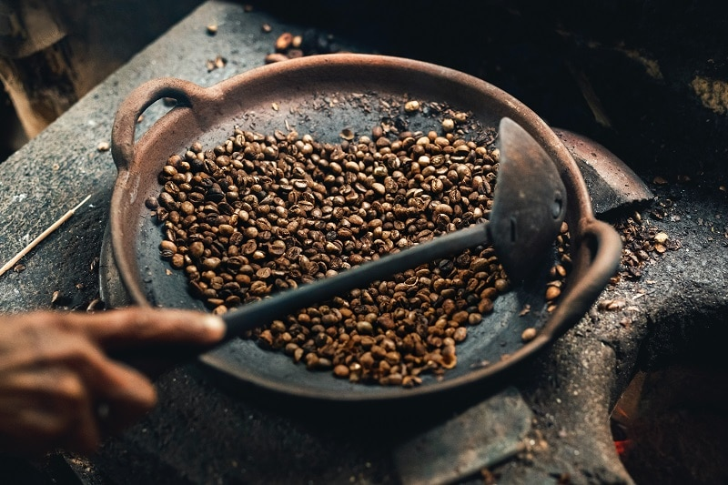 praženie kávy v hlinenej nádobe