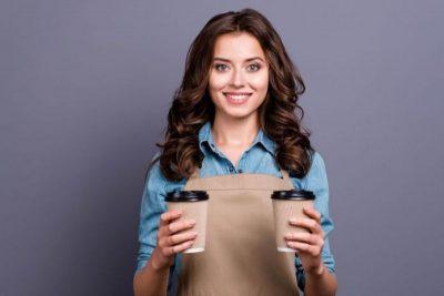 žena s dvomi coffee-to-go pohármi