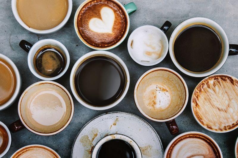porcelánové šálky s rôznymi nápojmi z kávy